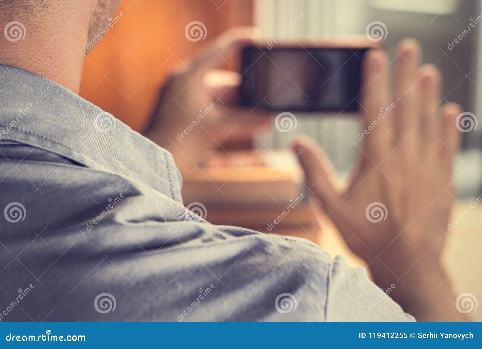Человек присутствуя на видеоконференции через iphone