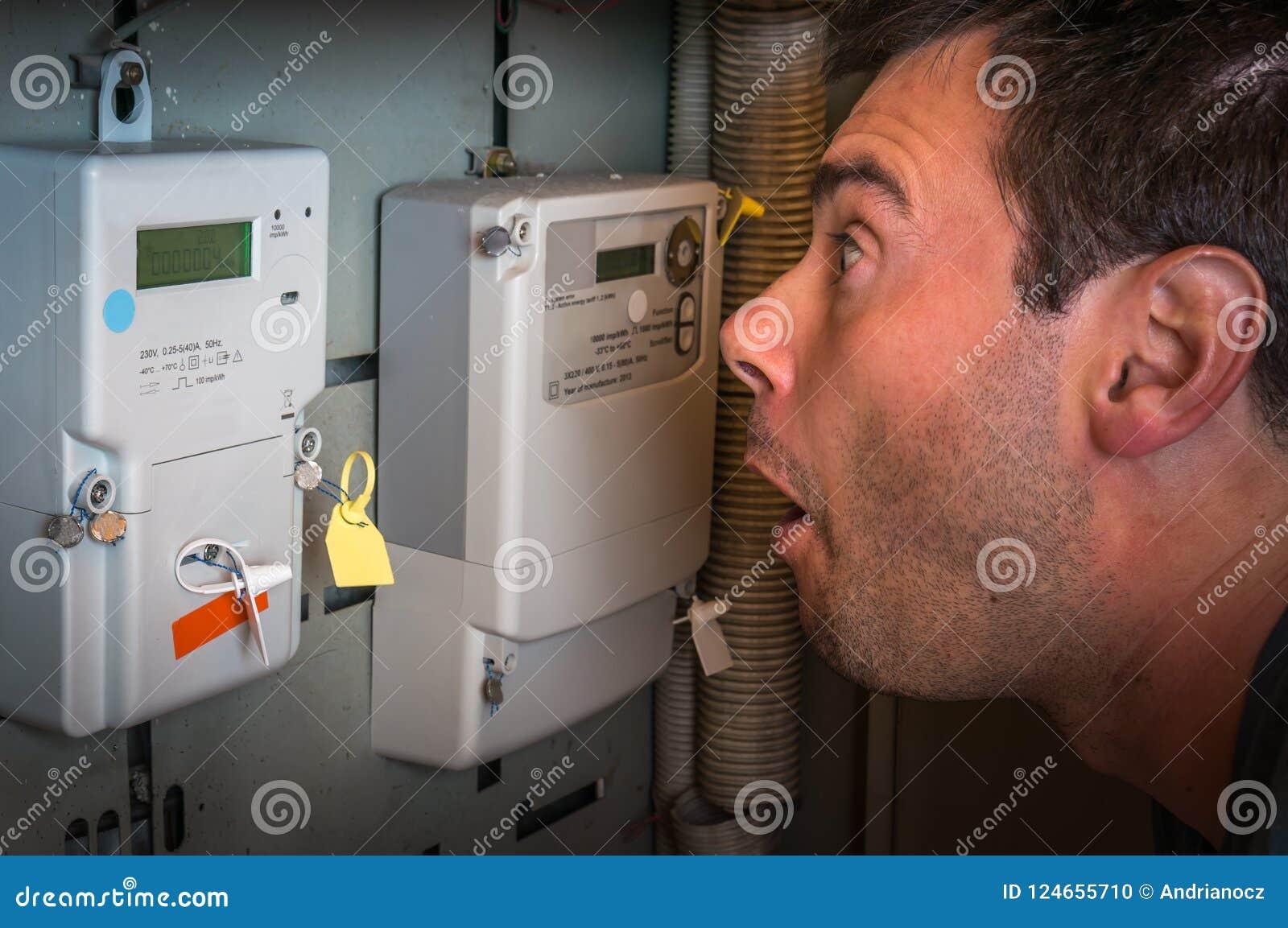 Человек проверяет метр электричества - дорогое concep электричества