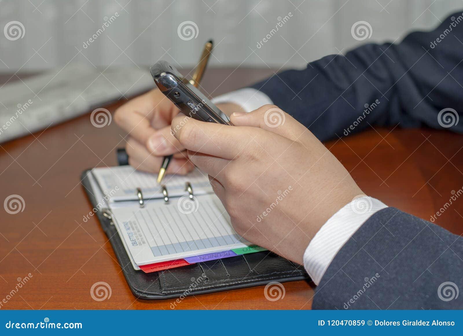 Человек проверяя назначение на личном план-графике организатора