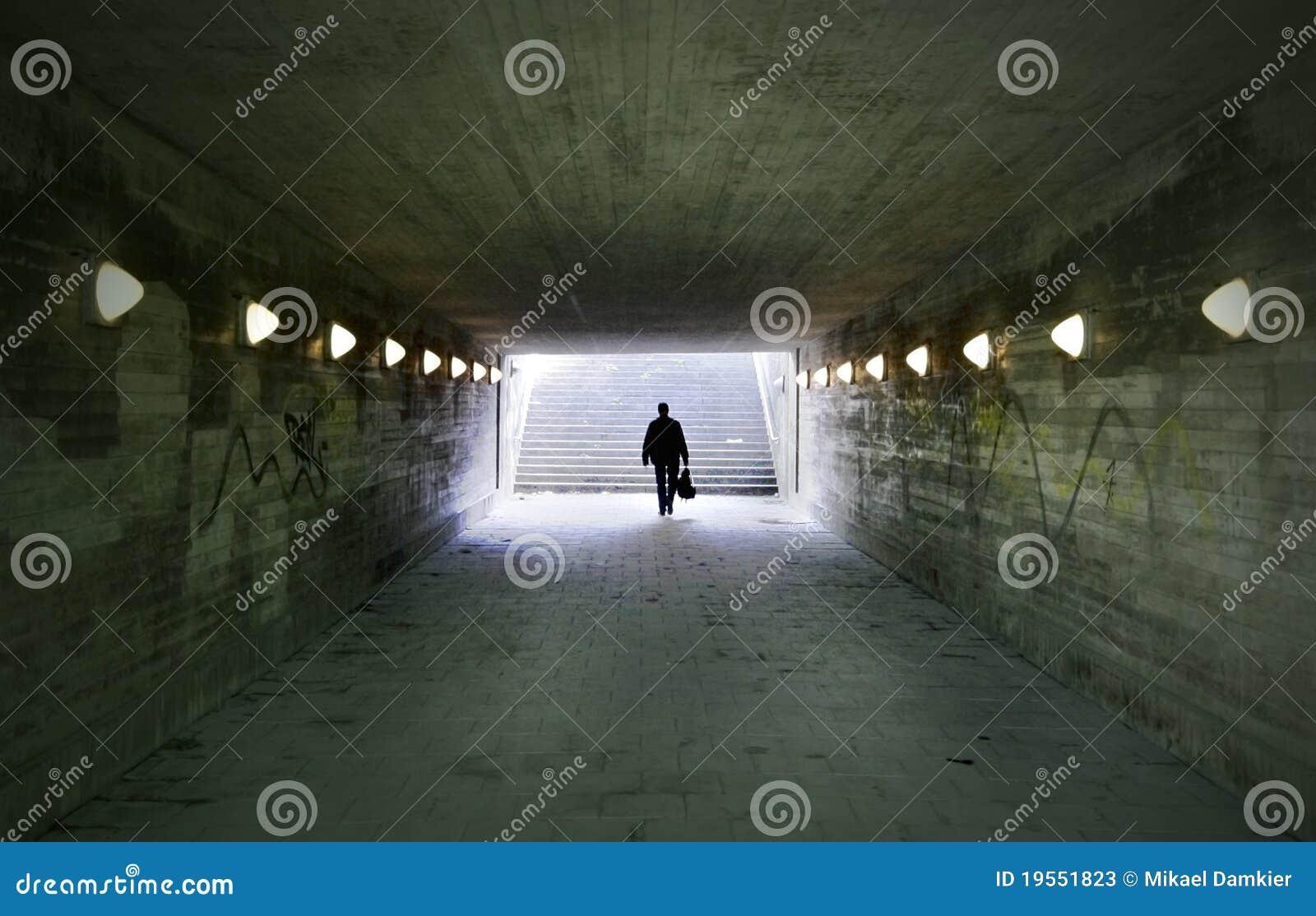 человек проходя подземный переход