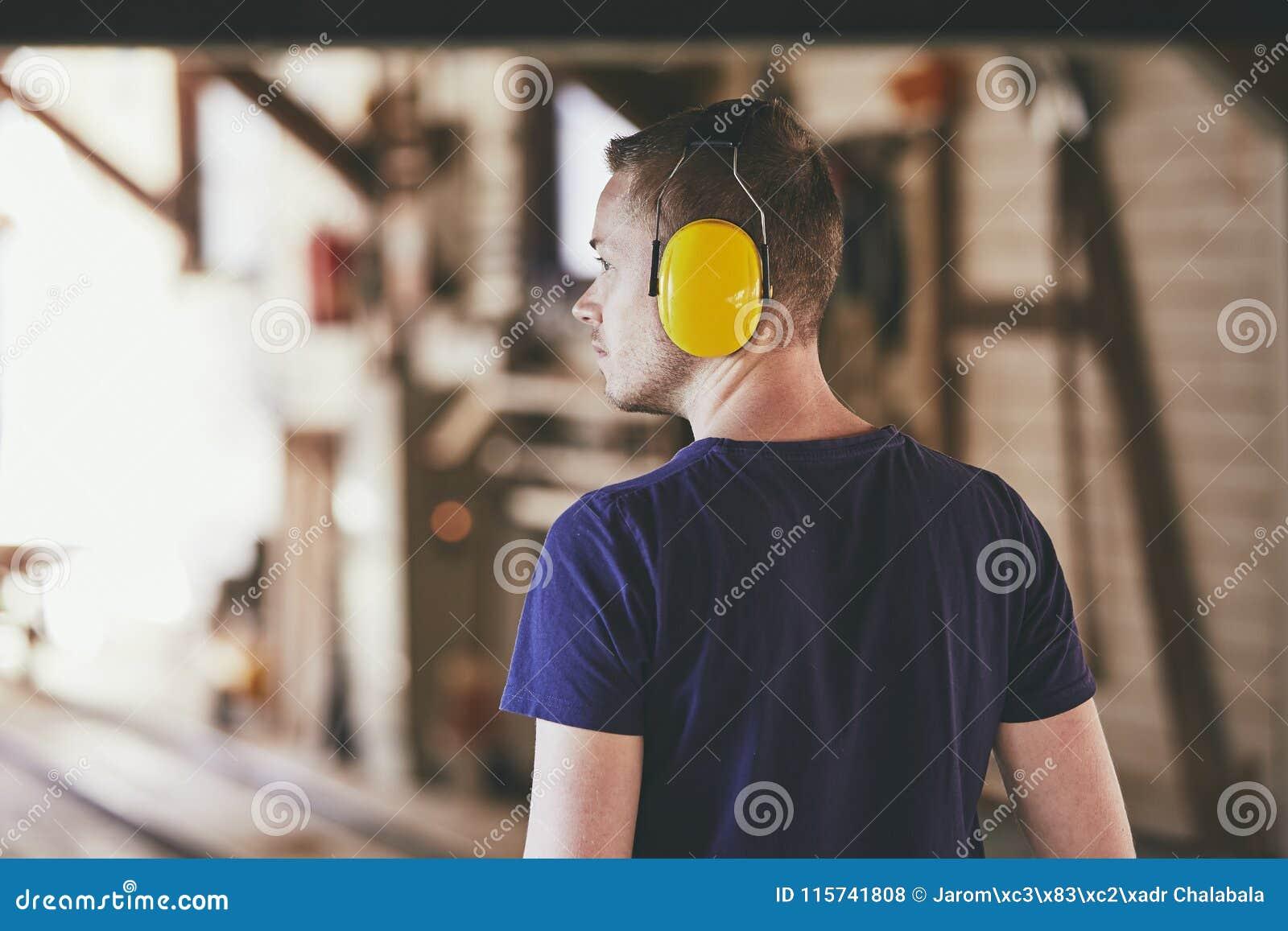 Человек работая в лесопилке
