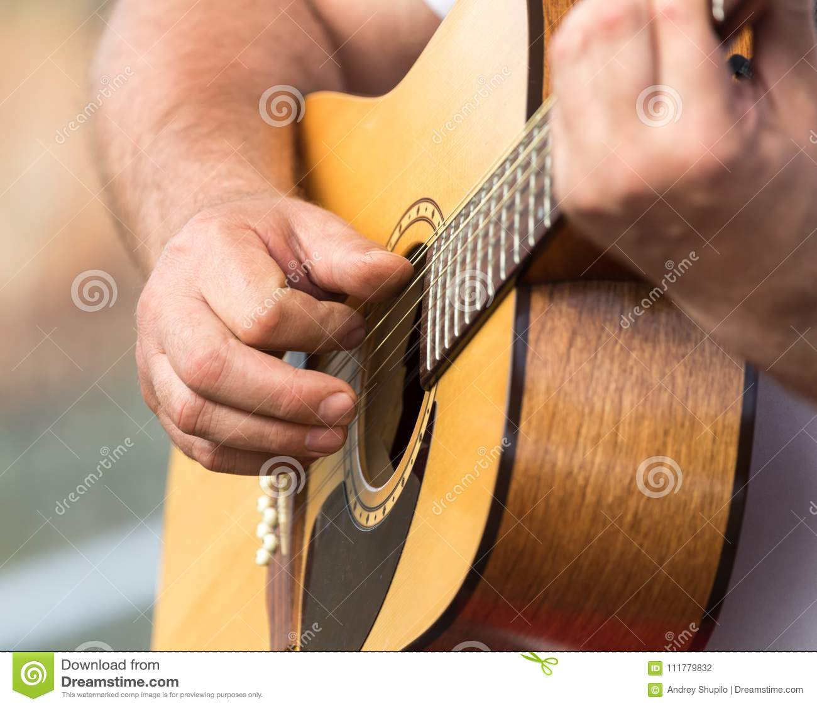 Человек руки играя гитару