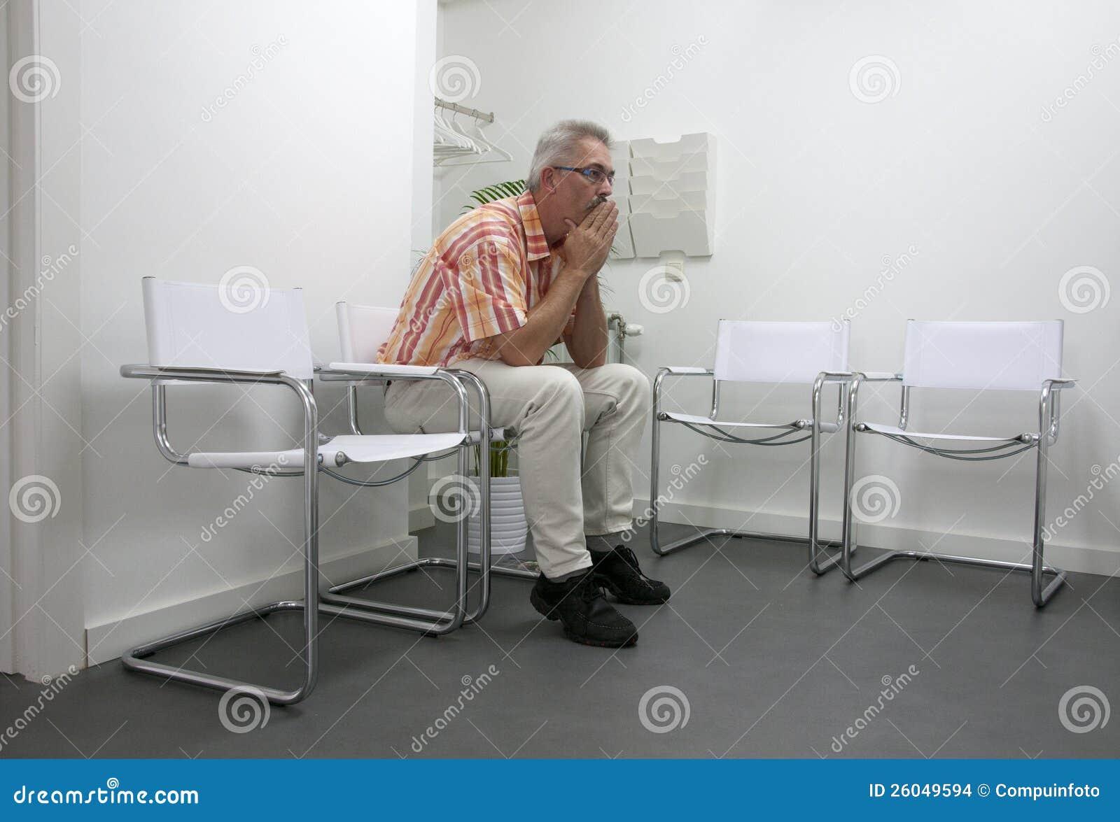 Человек сидя и в waitingroom