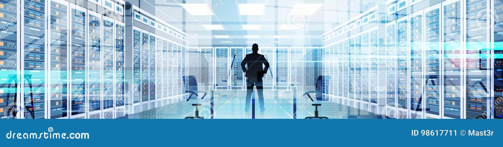 Человек силуэта в комнате центра данных хозяйничая база данных данным по компьютер-сервера