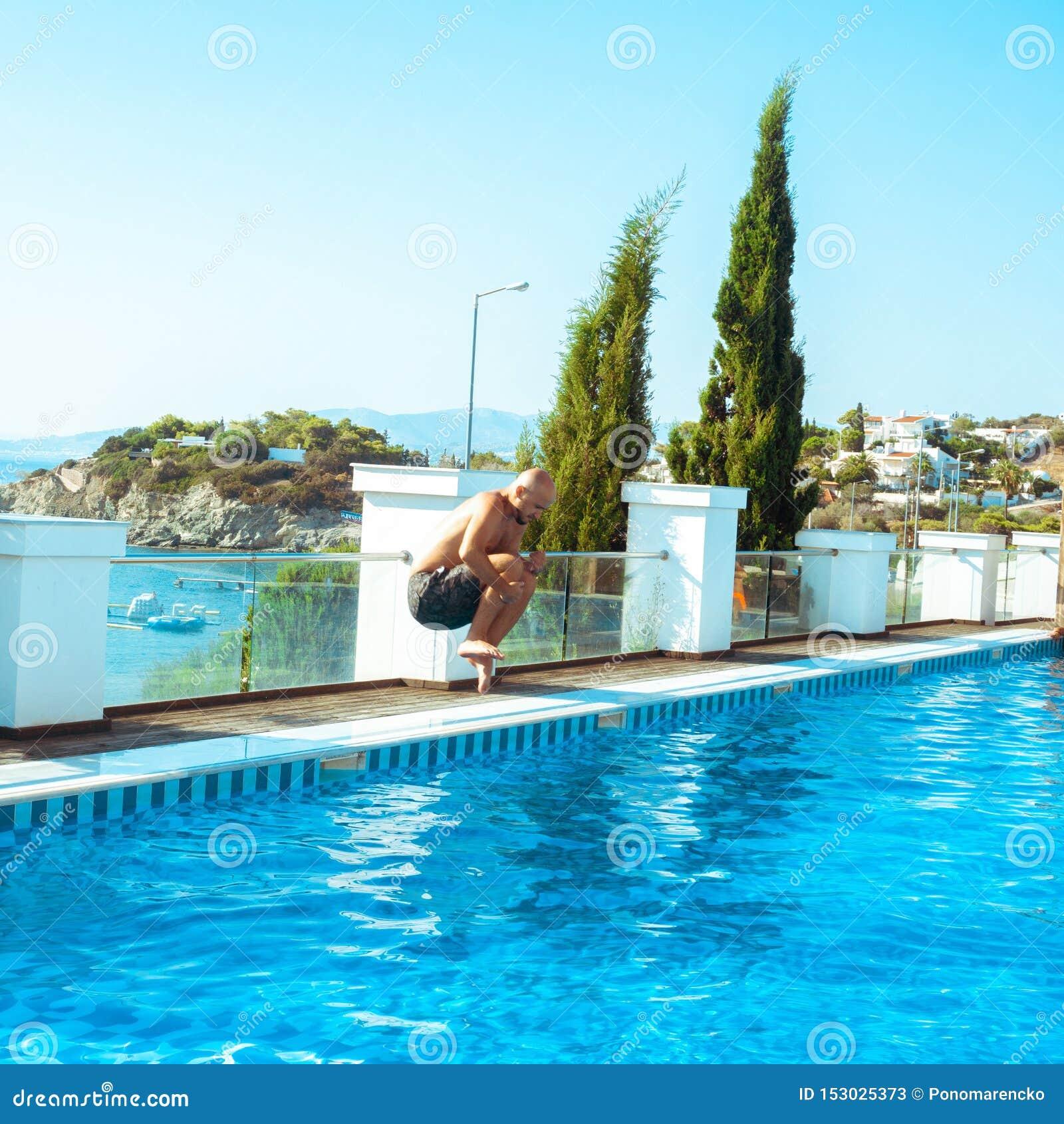 Человек скачет в swimpool
