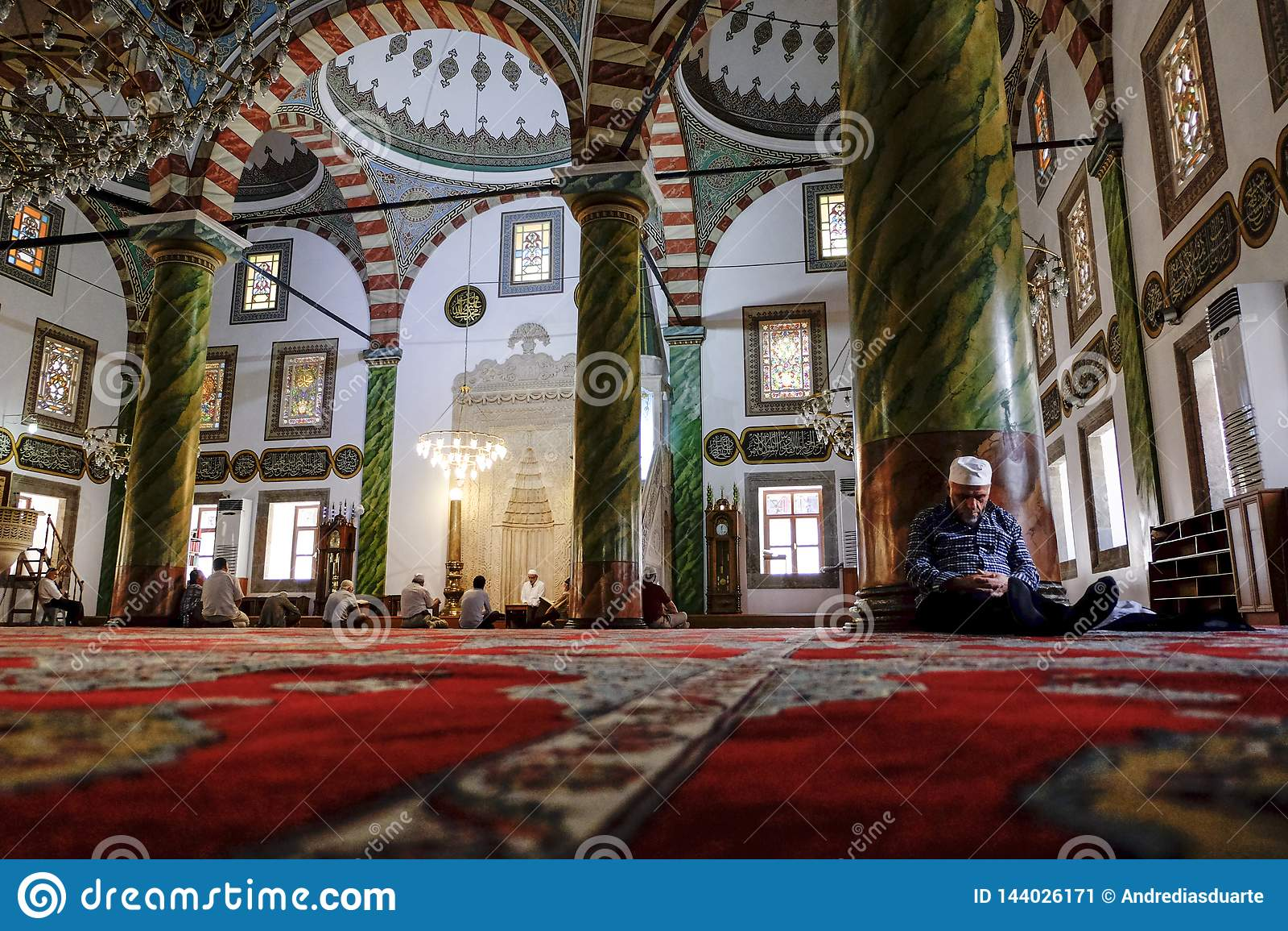 Человек спать в мечети полагаясь против pilar