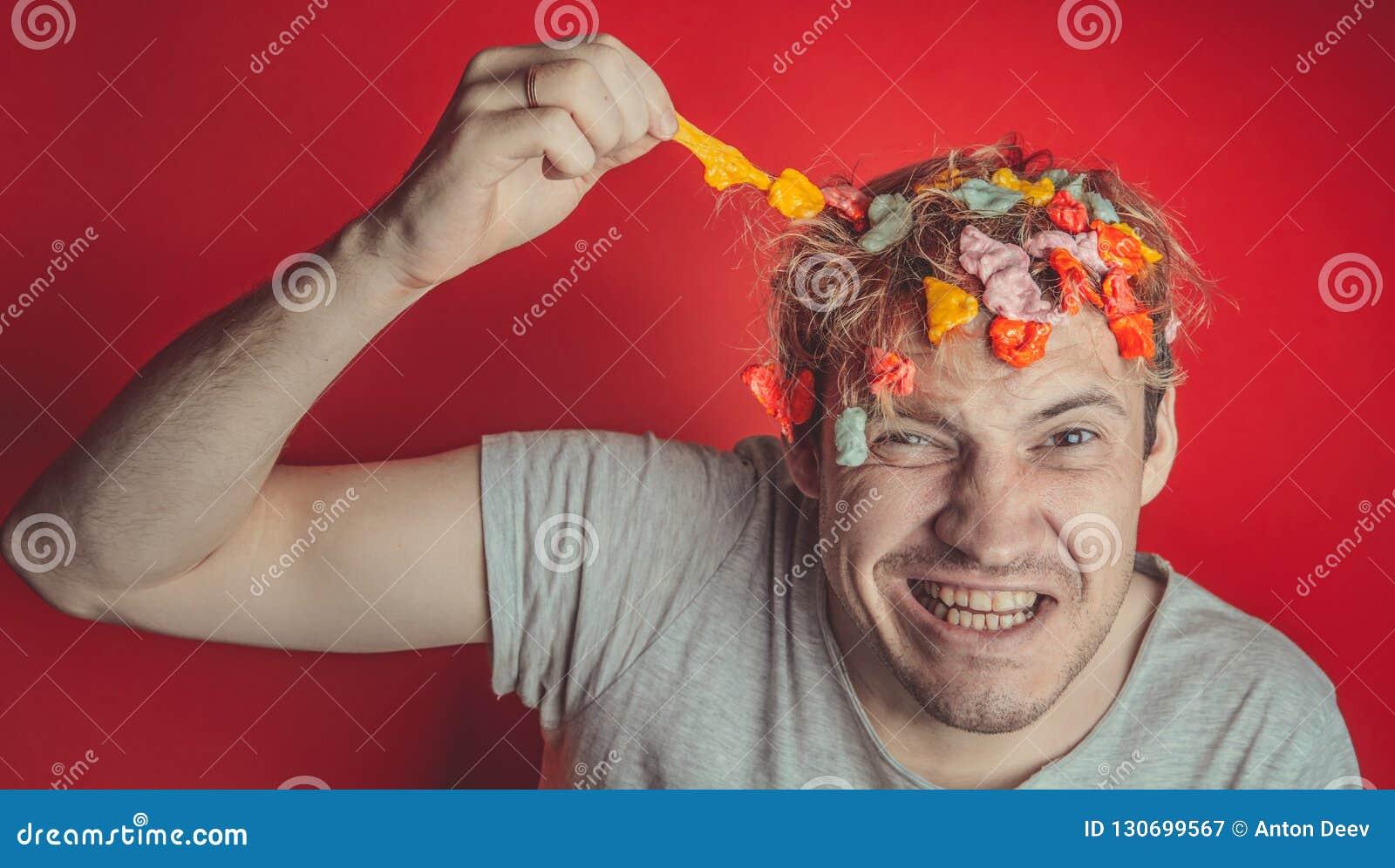 Человек с волосами предусматриванными в еде