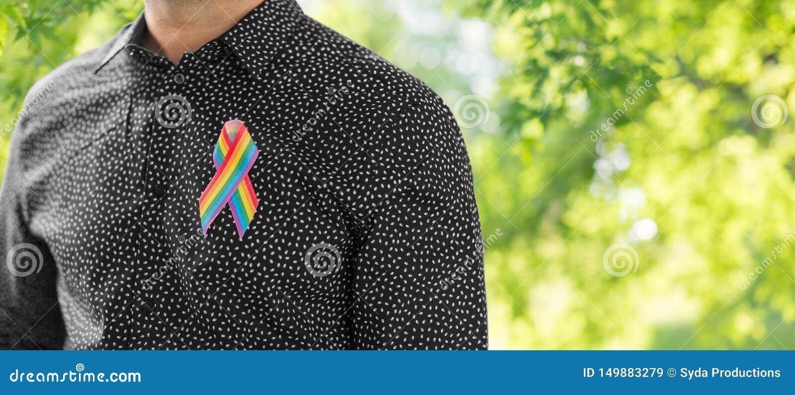 Человек с лентой осведомленности радуги гей-парада