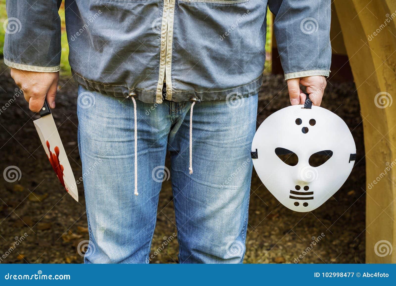 Человек с страшной маской хеллоуина и нож в крови