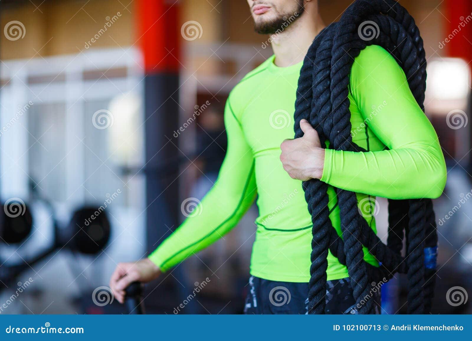 Человек с тяжелыми веревочками на его плечах