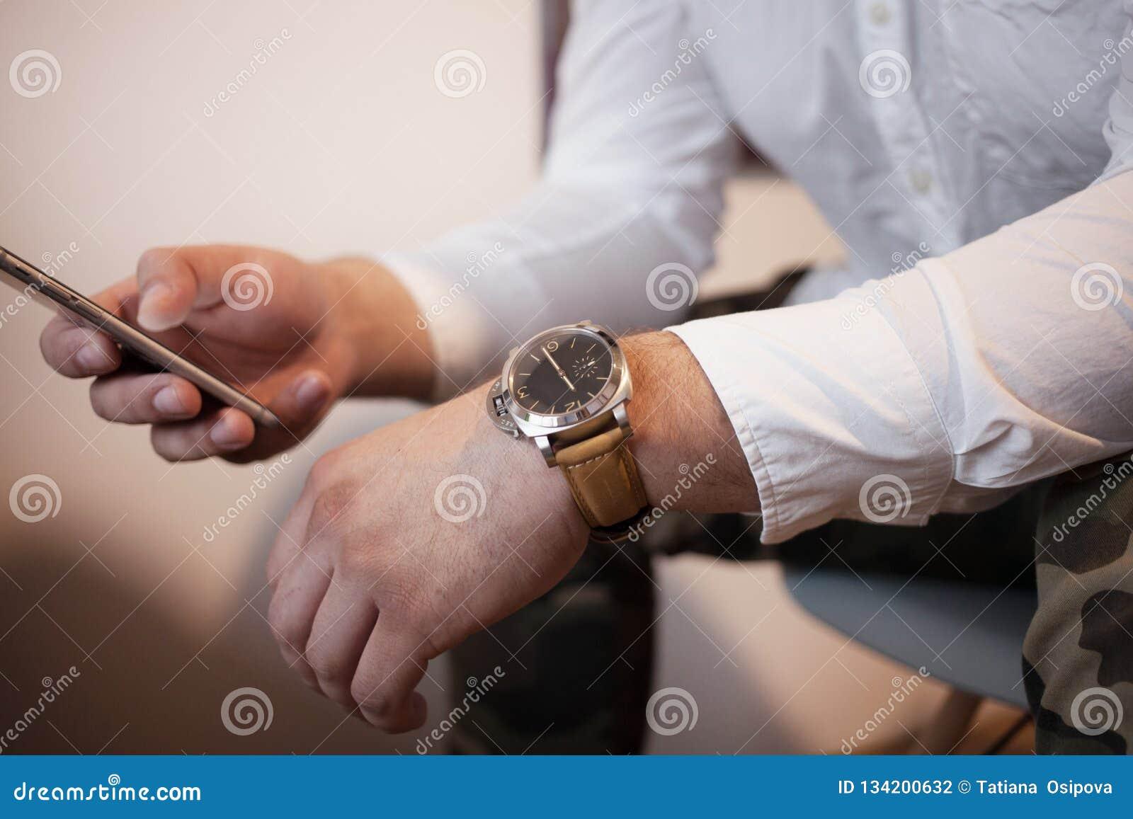 Человек с умным телефоном в расслабленном представлении в белую рубашку печатает sms психологию и концепцию переговоров