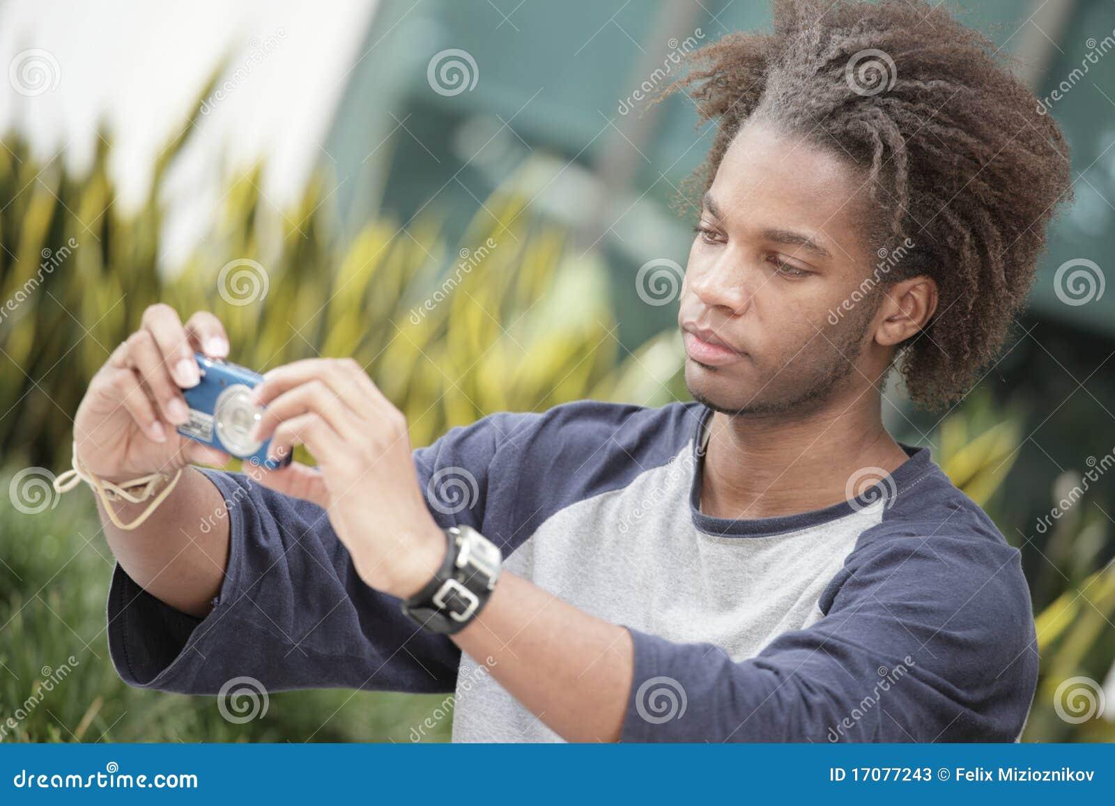 Человек с цифровой фотокамера