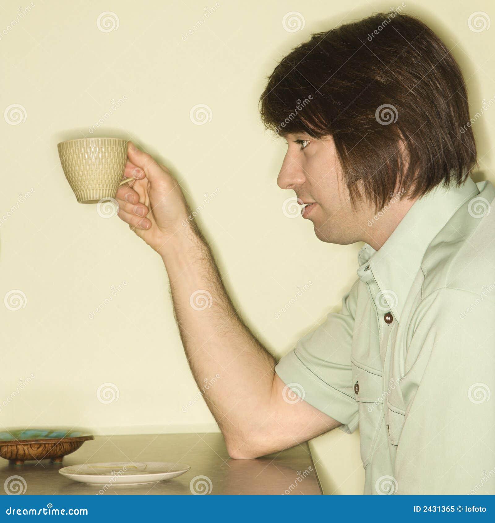 человек удерживания кофейной чашки