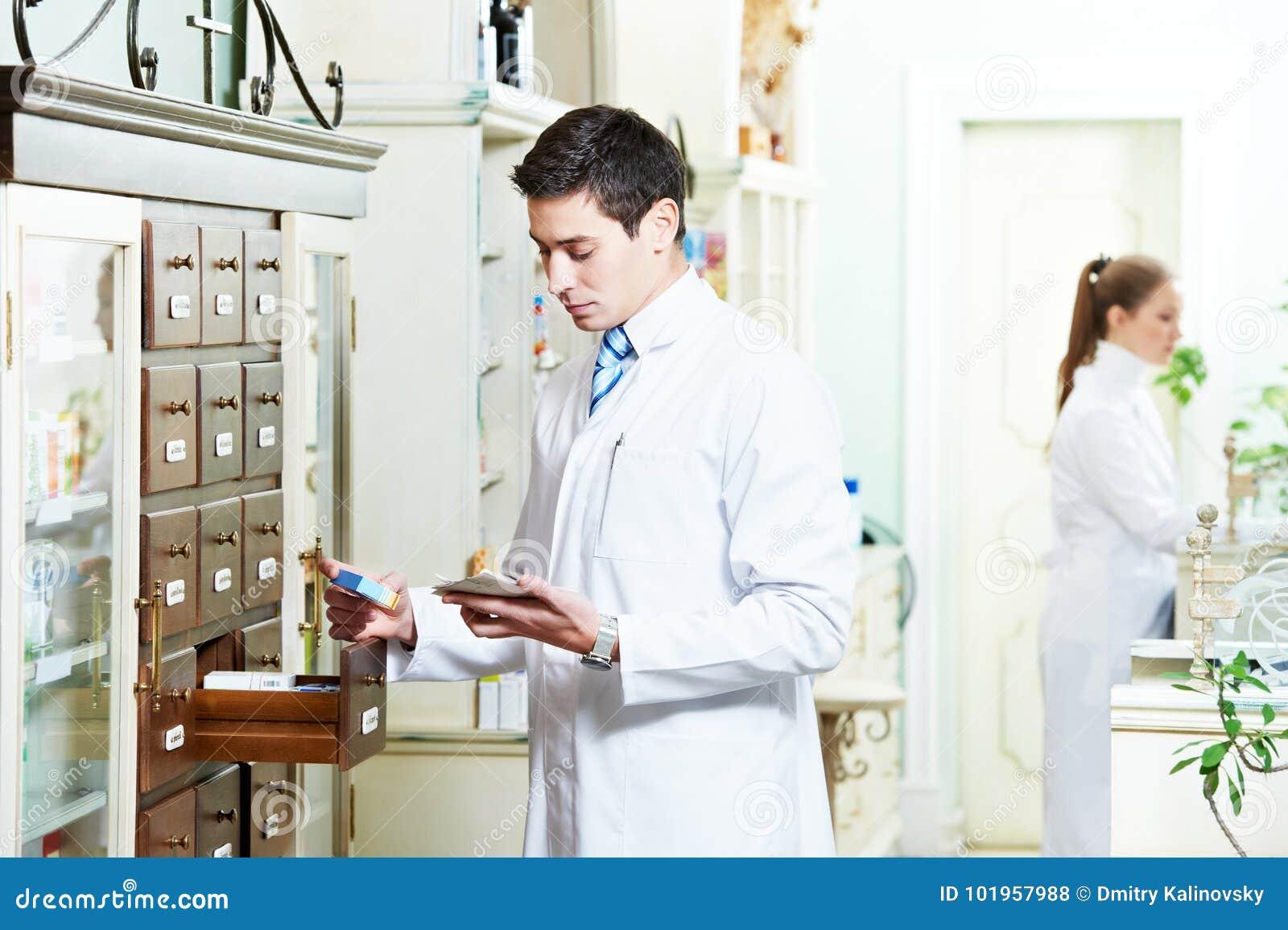 Человек химика фармации в аптеке