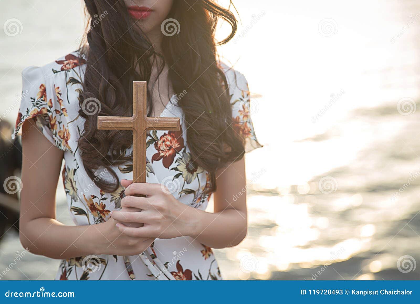 Человеческая ладонь вручает действие как молит для того чтобы поклониться символ для поклонения к христианству Иисуса Христоса