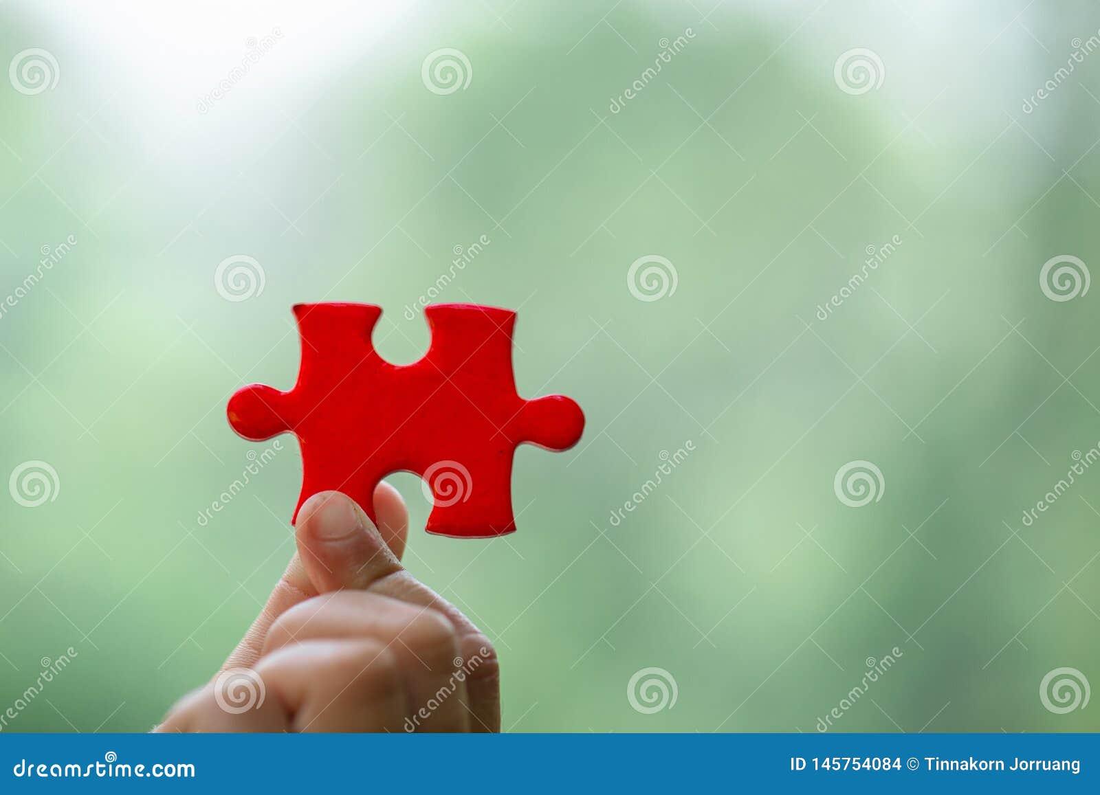 Человеческие руки держа красный зигзаг с проблемой & решением слова символ ассоциации и соединения E