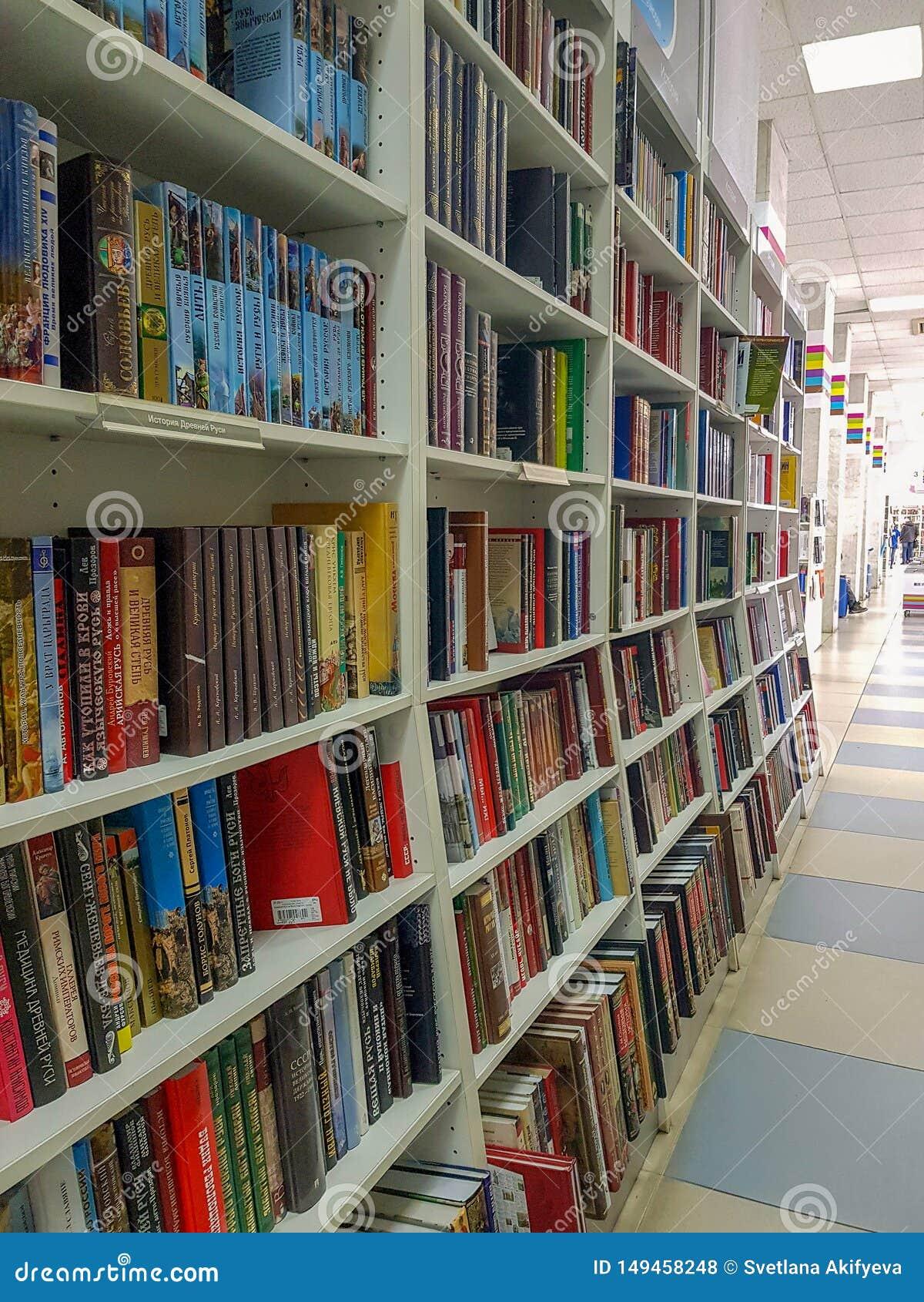 Челябинск, Российская Федерация, 25-ое марта 2019, строки различных красочных книг лежа на полках в bookstore