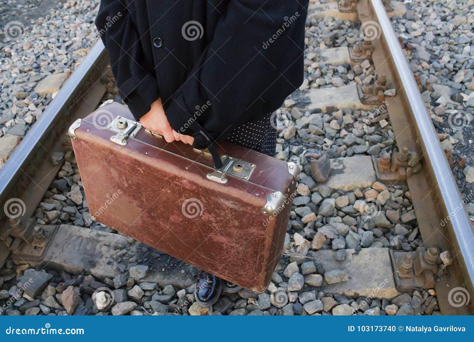 Чемодан в руке, путешествуя