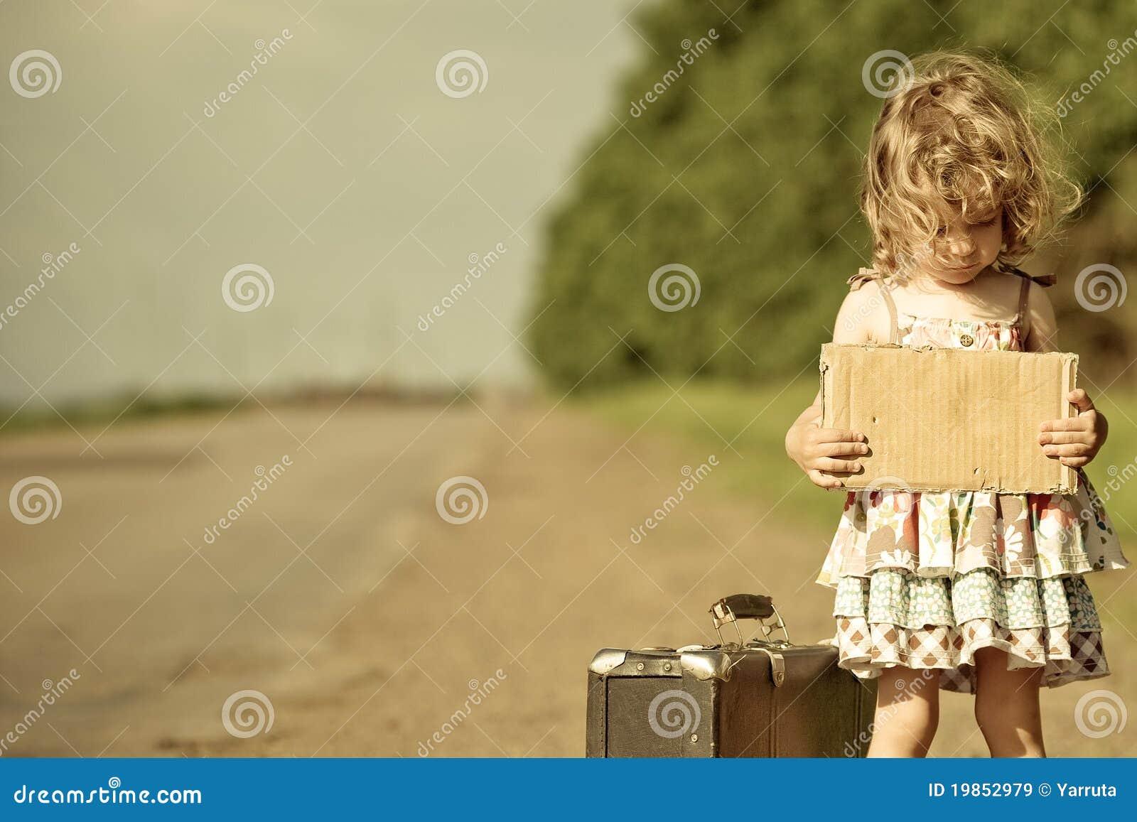 чемодан сиротливой дороги девушки стоящий
