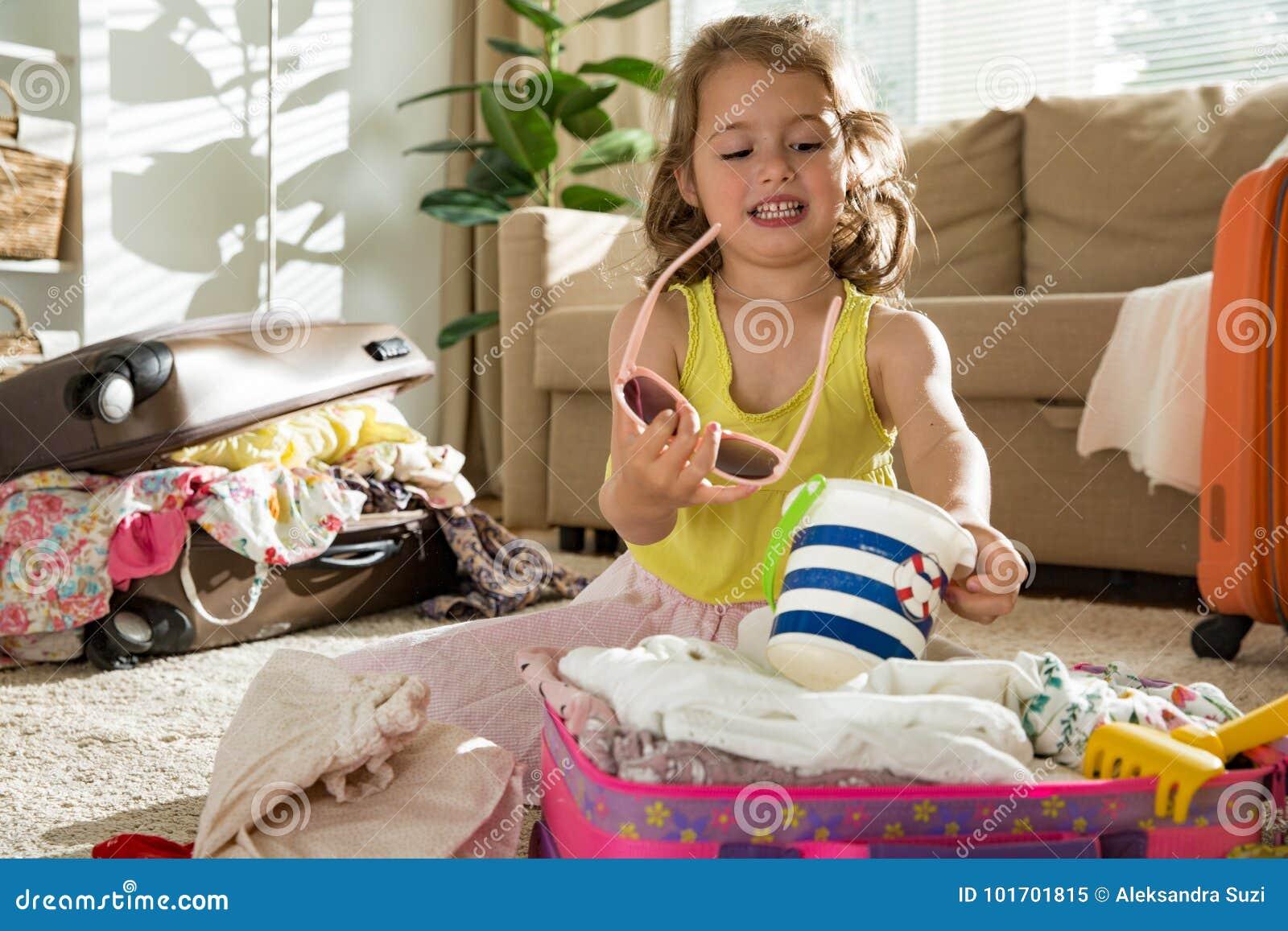 Чемодан упаковки маленькой девочки