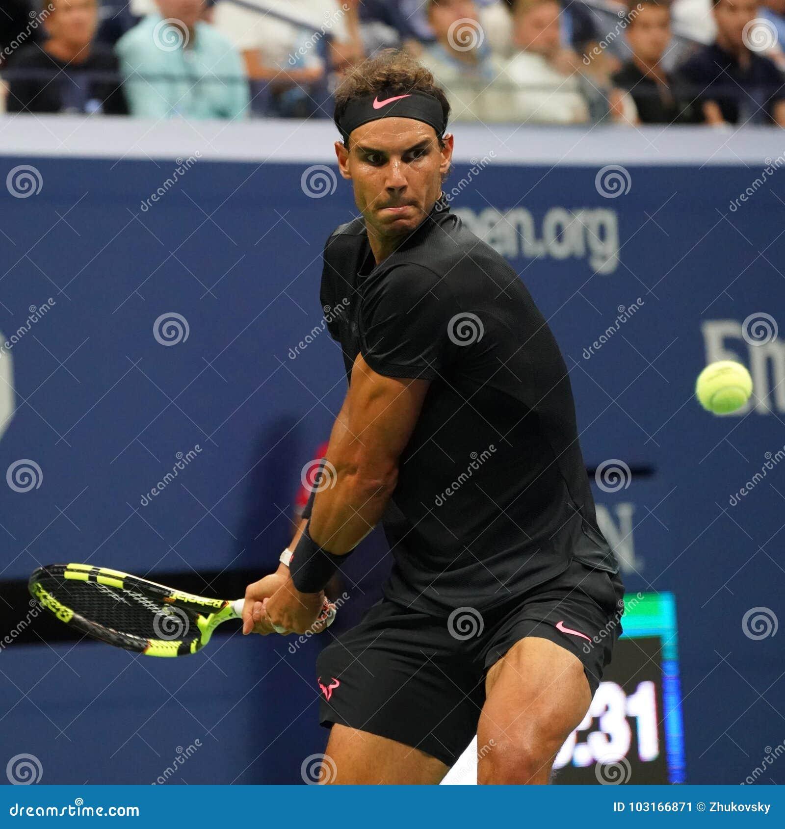 Чемпион Рафаэль Nadal грэнд слэм Испании в действии во время его США раскрывает вторую спичку круга 2017