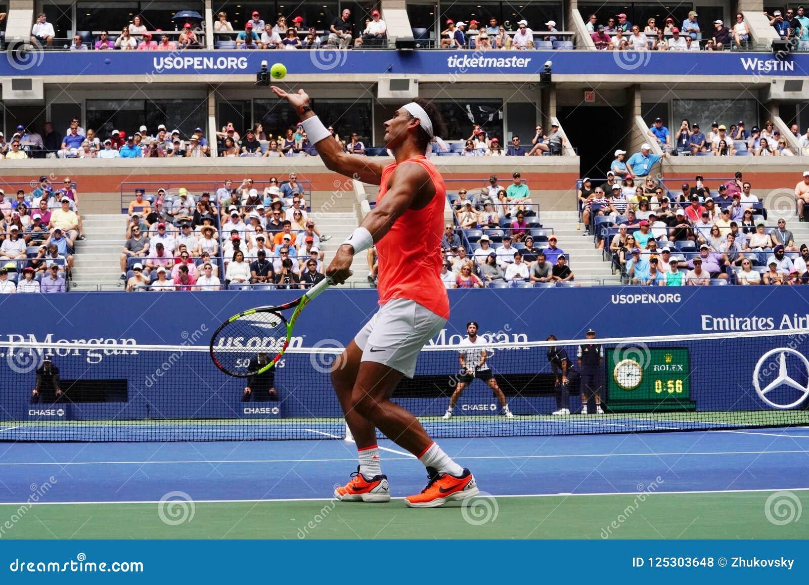 чемпион Рафаэль Nadal грэнд слэм 17-time Испании в действии во время его 2018 США раскрывает круг спички 16
