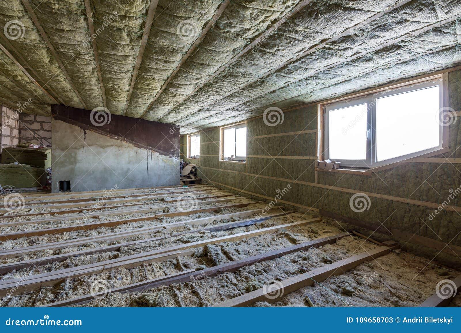 Чердак дома под конструкцией Стены мансарды и изоляция потолка с шерстями утеса Материал изоляции стеклоткани в деревянном fram