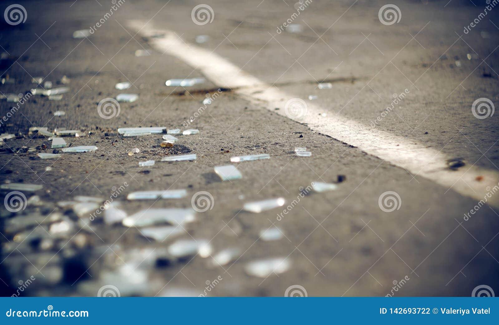 Черепки автомобильного стекла в аварии