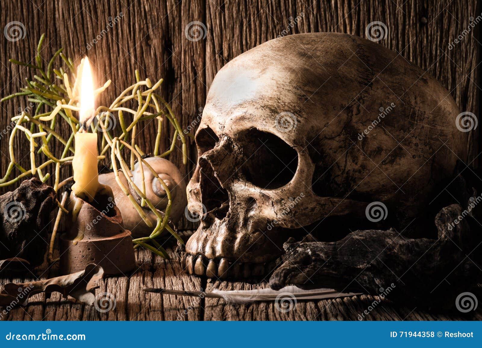 Череп и свеча освещения