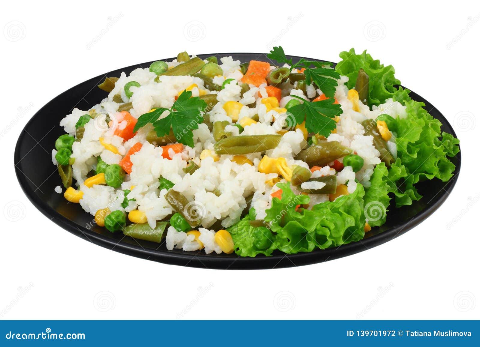 Черная плита с белым рисом, зелеными горохами, законсервированными стерженями мозоли, отрезать зеленые фасоли изолированные на бе