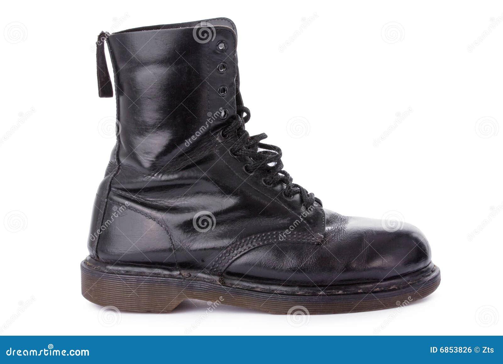 черная работа кожи ботинка