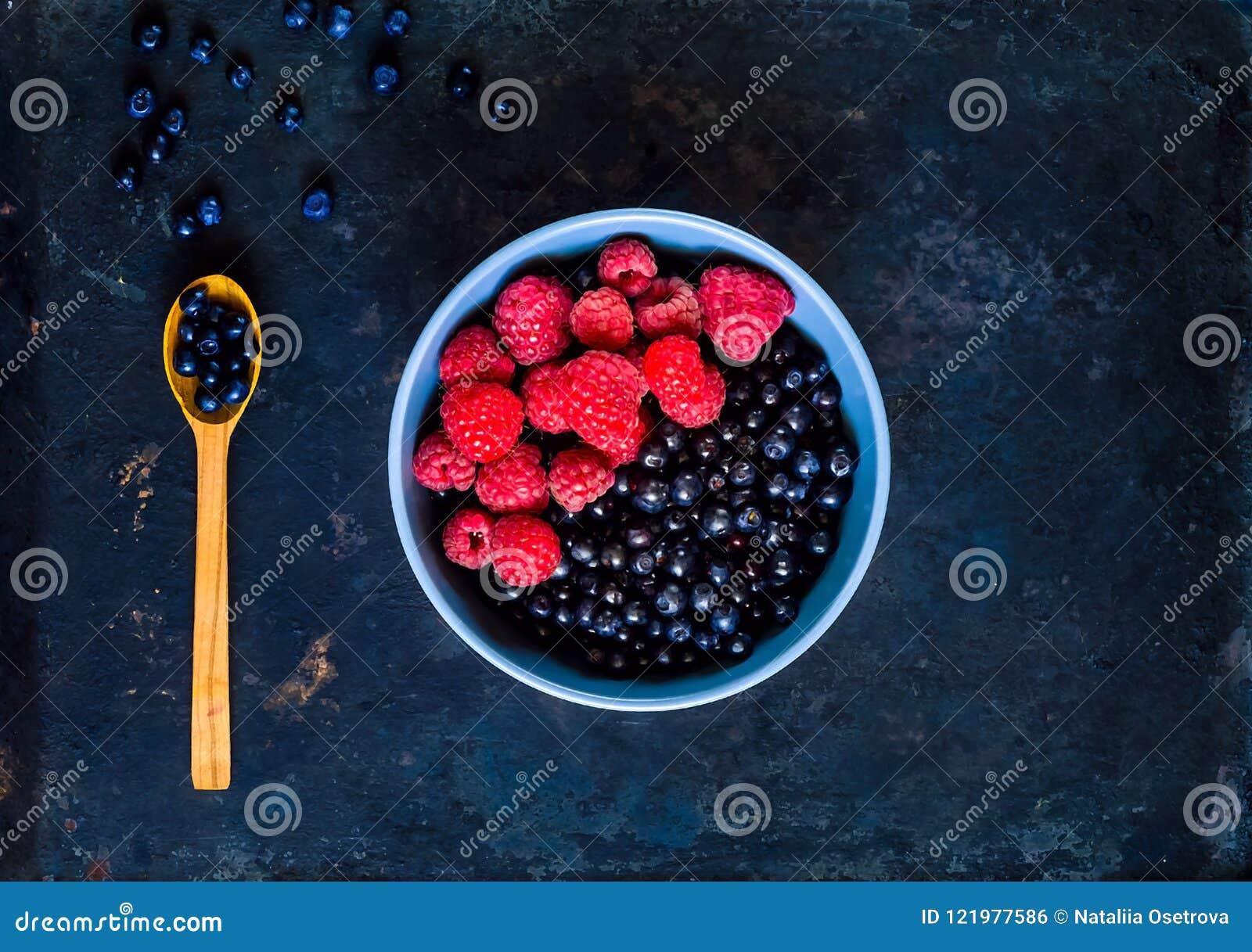 Черника и поленики в голубом шаре, концепция органического шара ягод на винтажной ржавой предпосылке металла