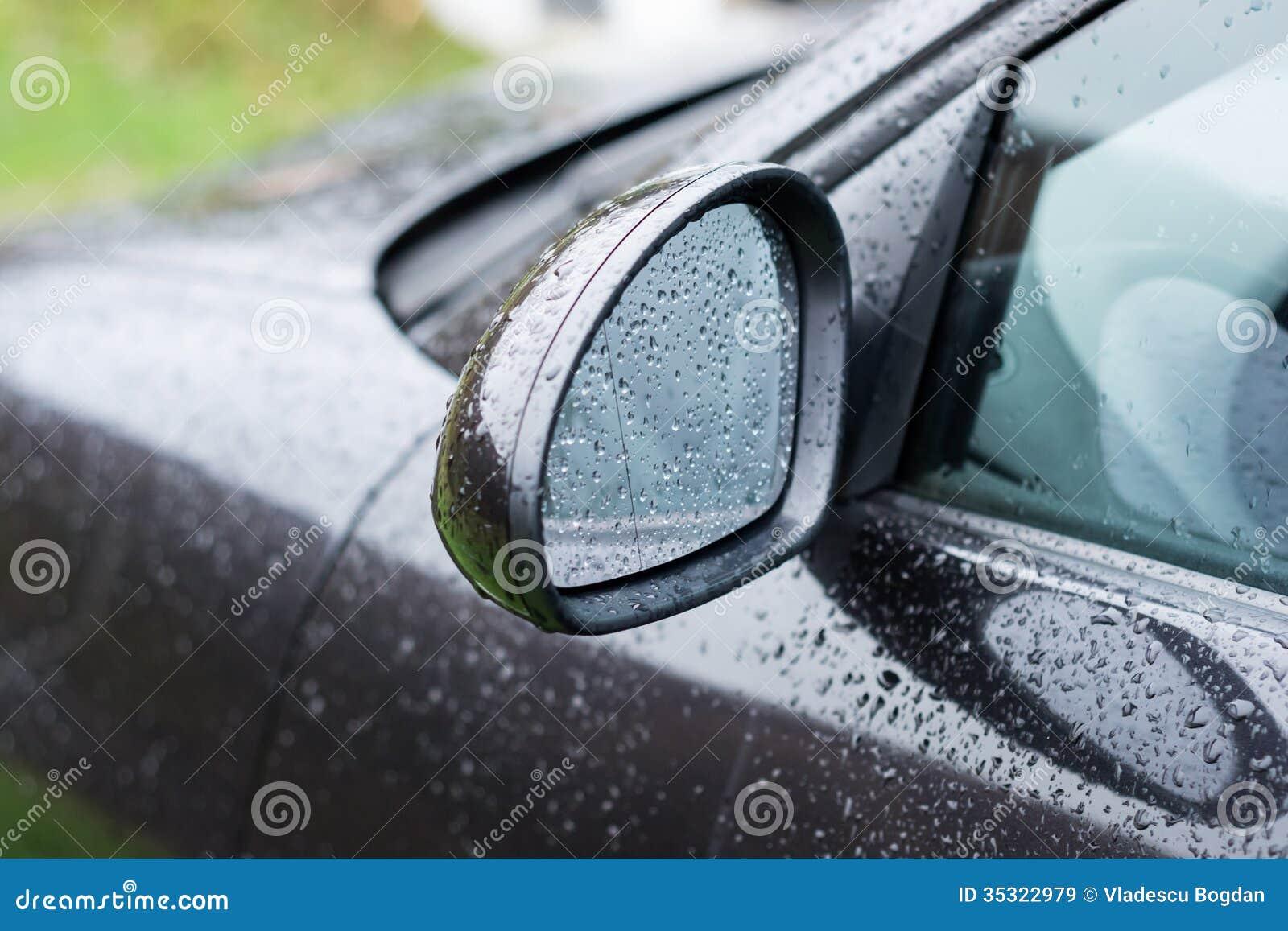 Черное зеркало крыла автомобиля