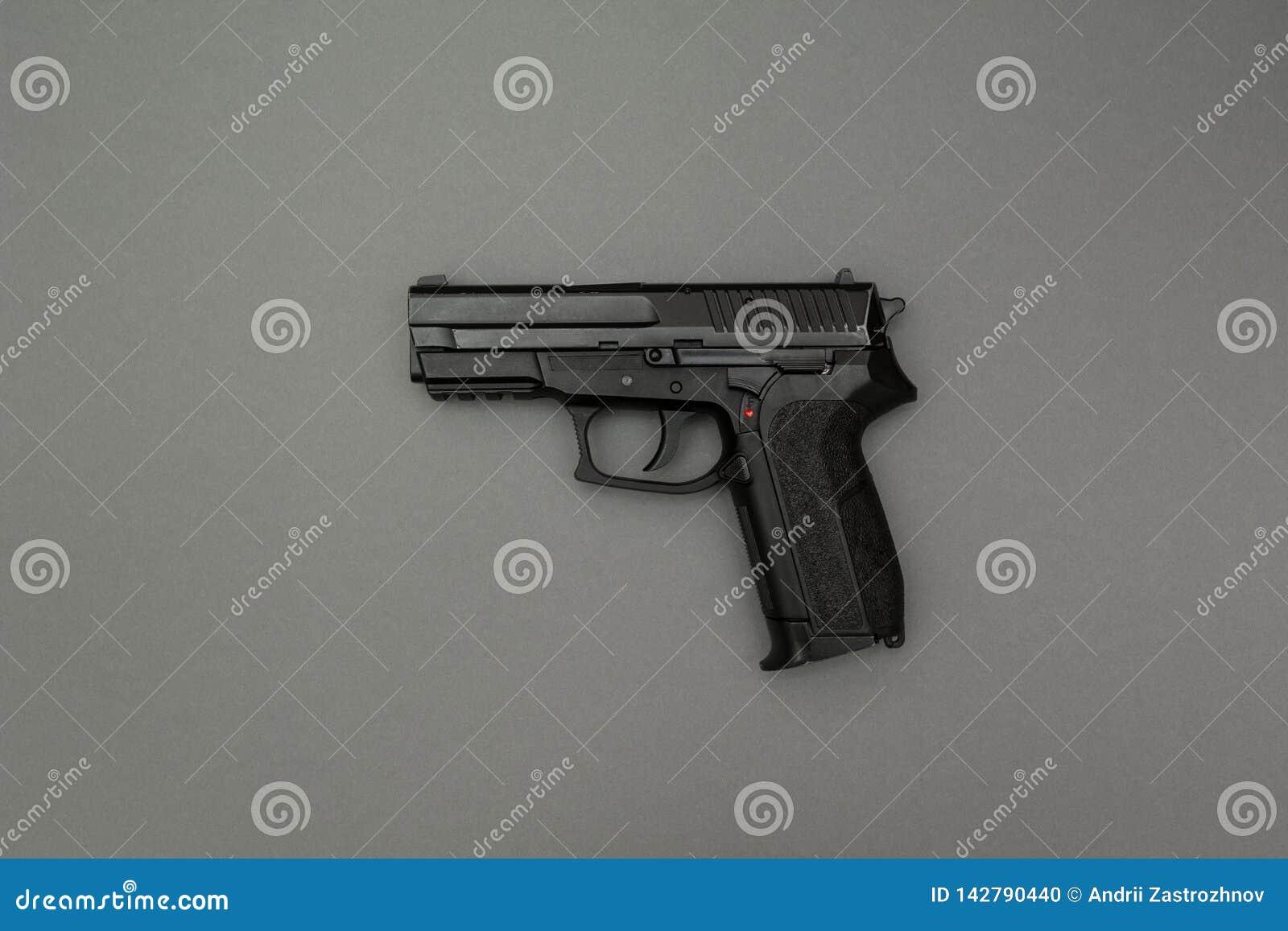 Черное оружие на серой предпосылке
