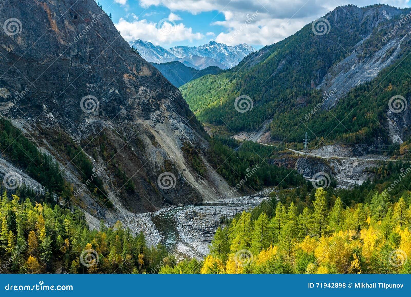 Черное река Irkut в горах Sayan
