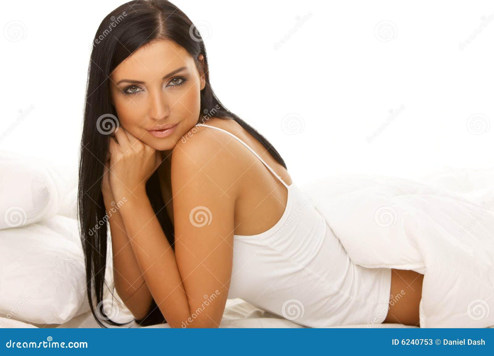 чернота кровати красотки с волосами