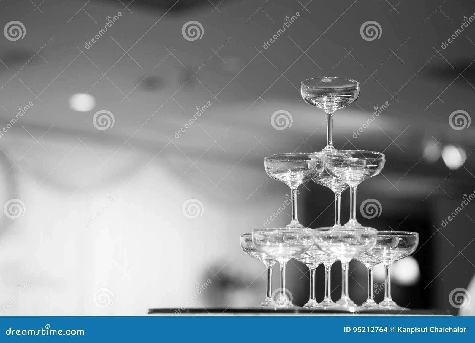 Черно-белая пирамида стекла Шампани пирамида стекел вина,