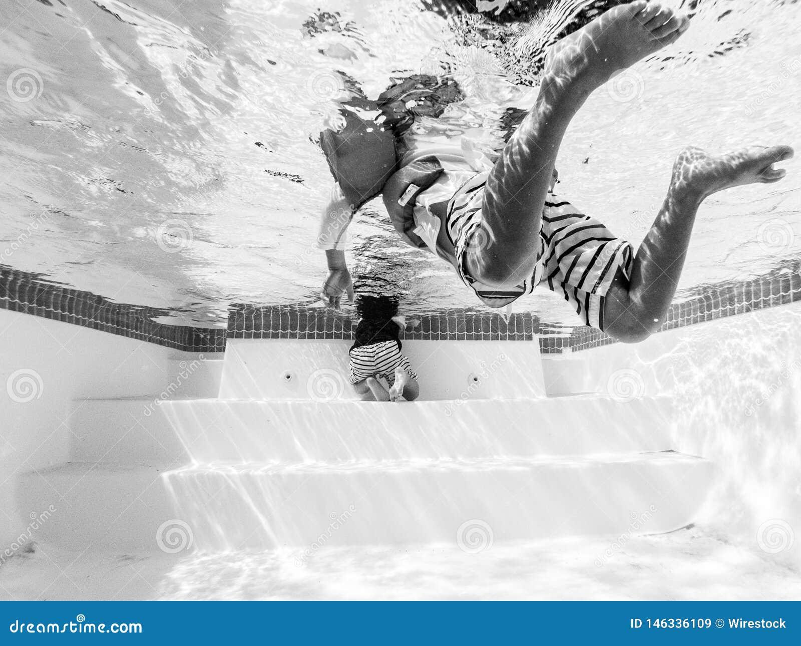 Черно-белое фото плавания человека в бассейне