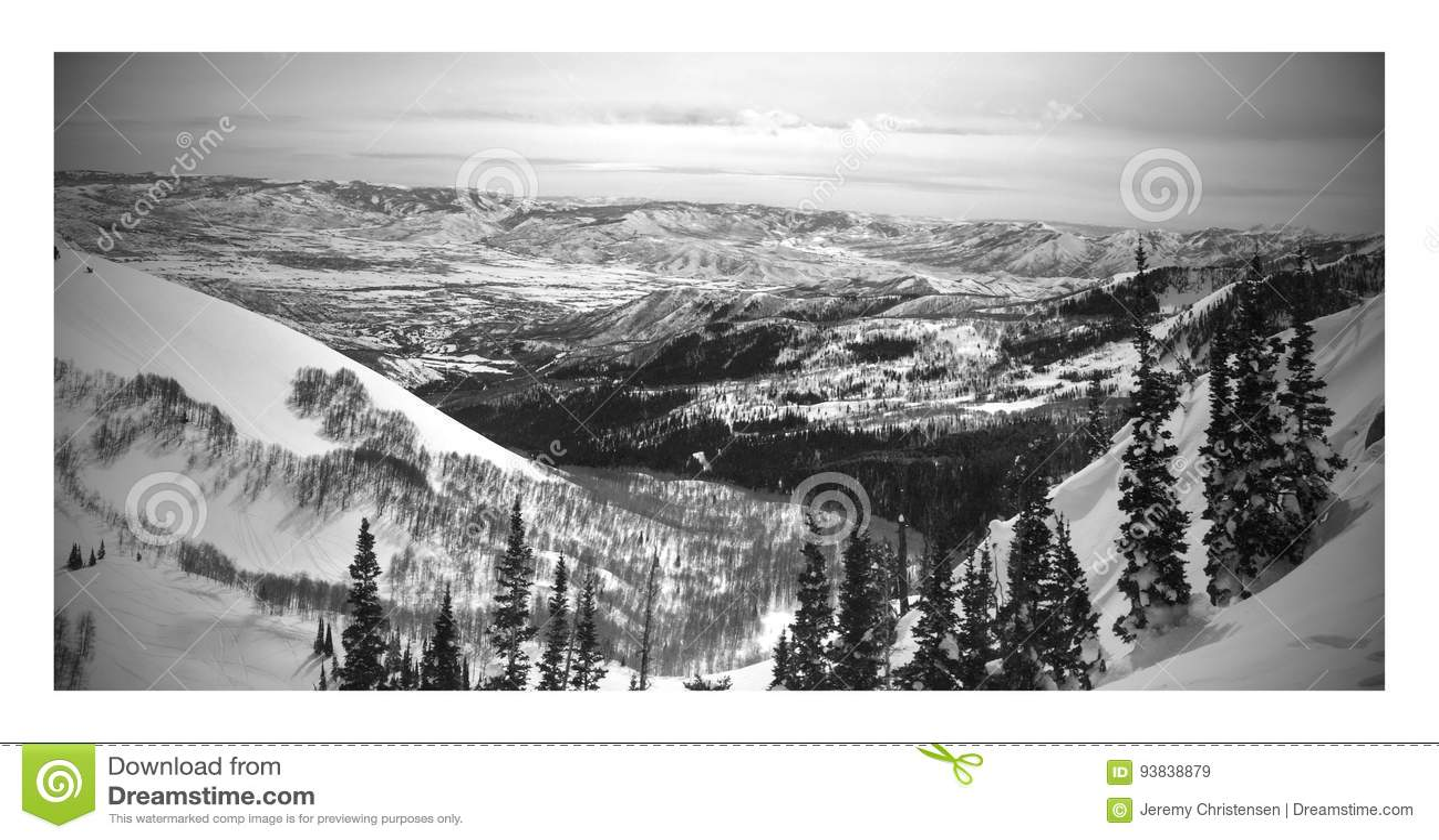 Черно-белый ландшафт зимы от лыжного курорта Брайтона в горах Юте wasatch