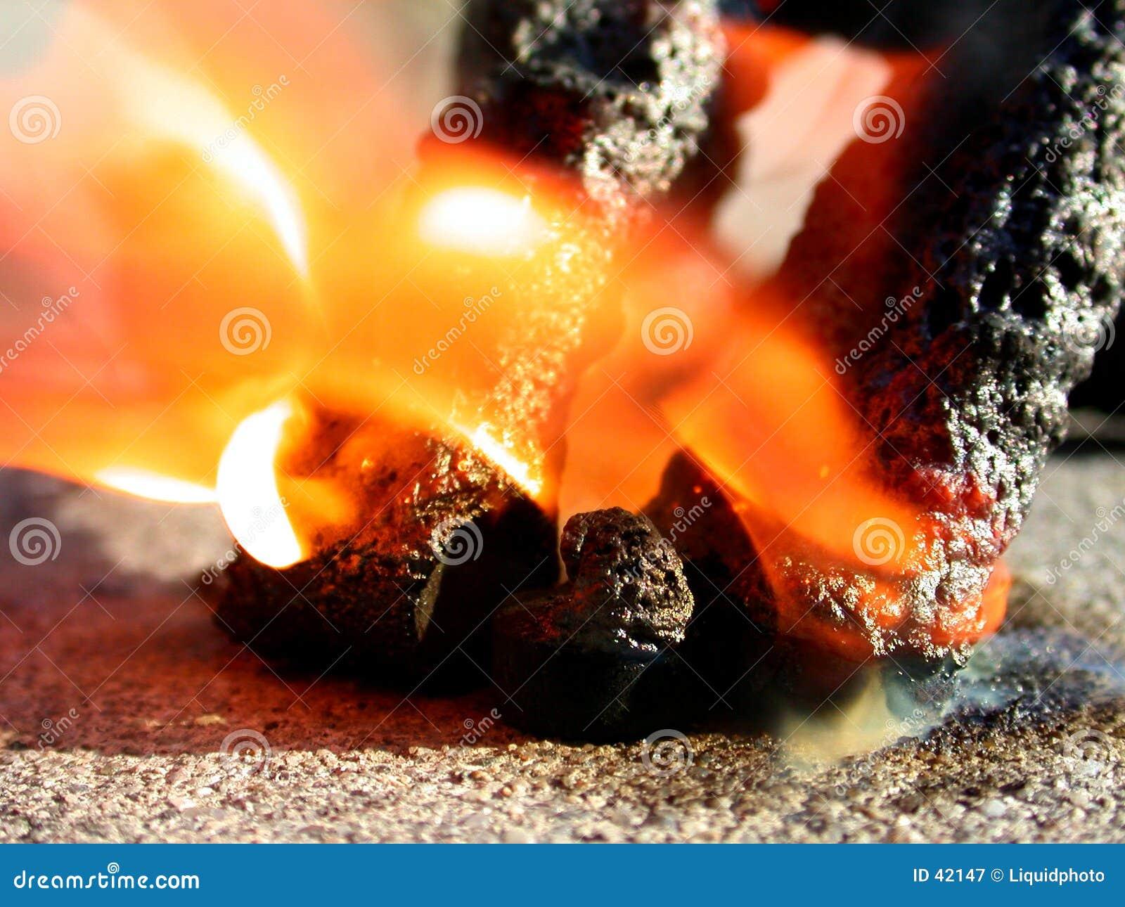 черные змейки феиэрверков пожара