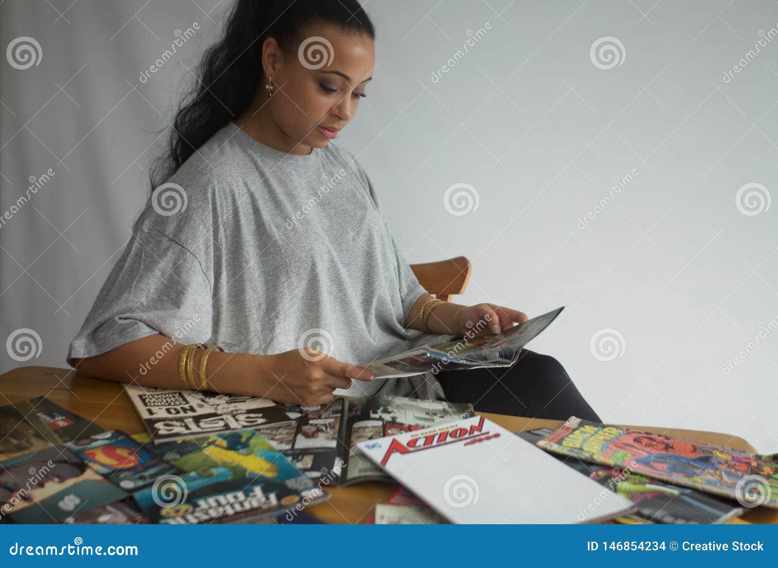 Черные комиксы чтения девушки