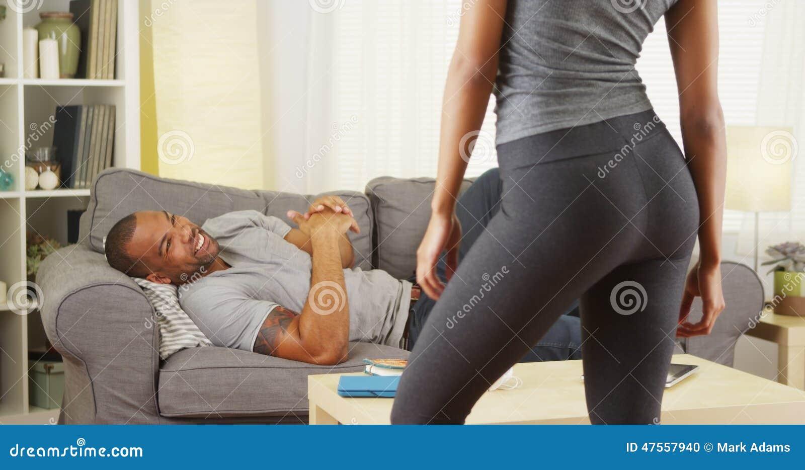 Черные пары имея переговор в живущей комнате