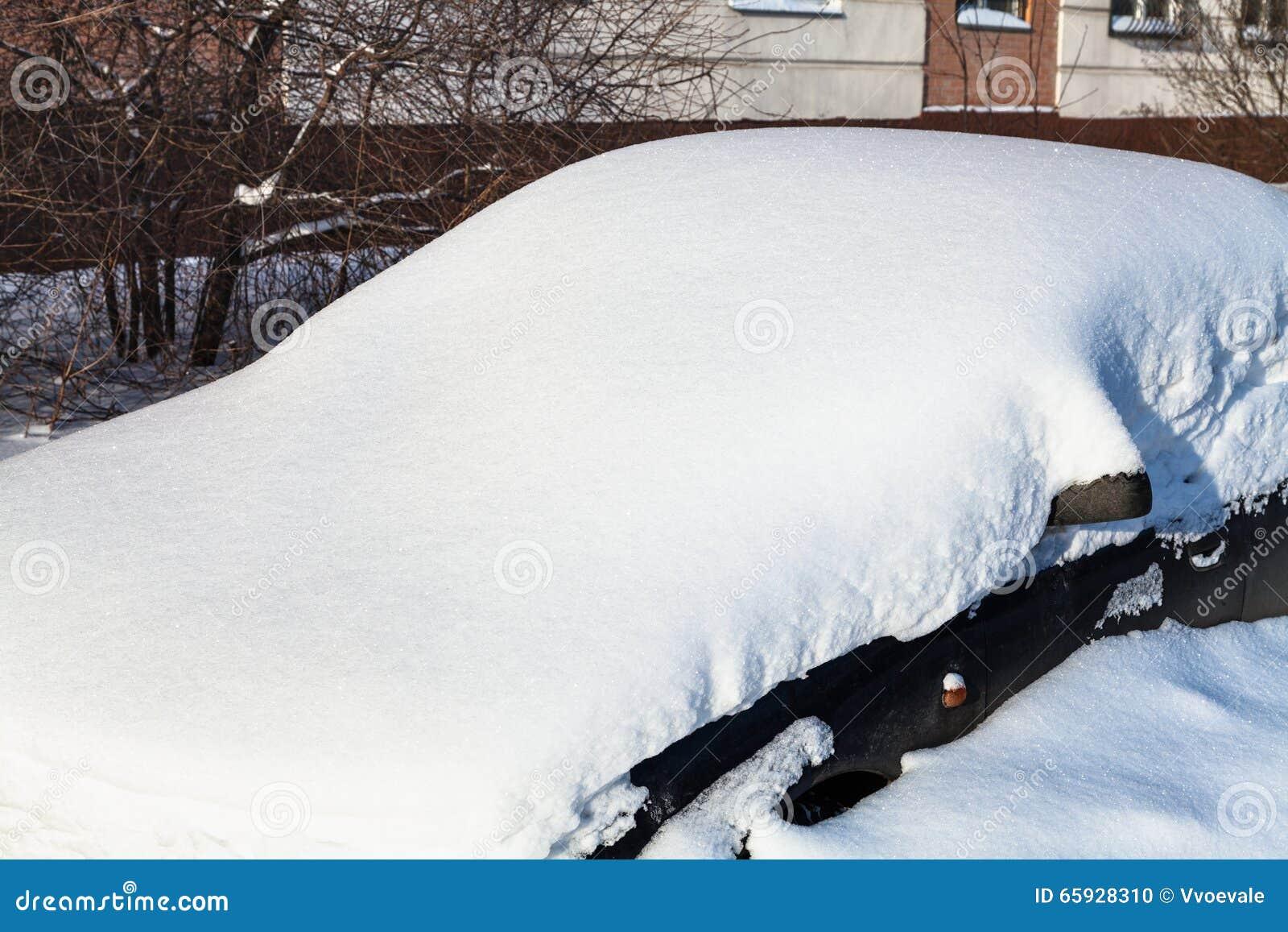 Черный автомобиль под сугробом outdoors закрывает вверх