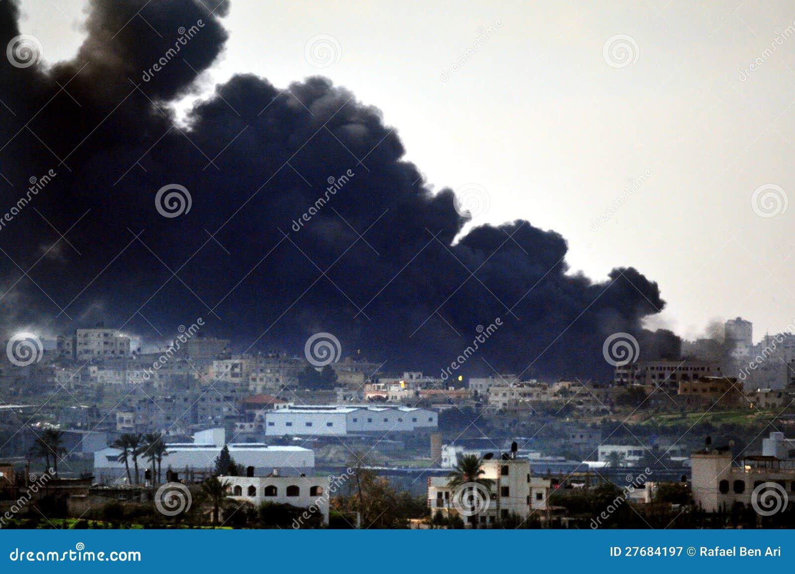 Черный дым над сектором Газа