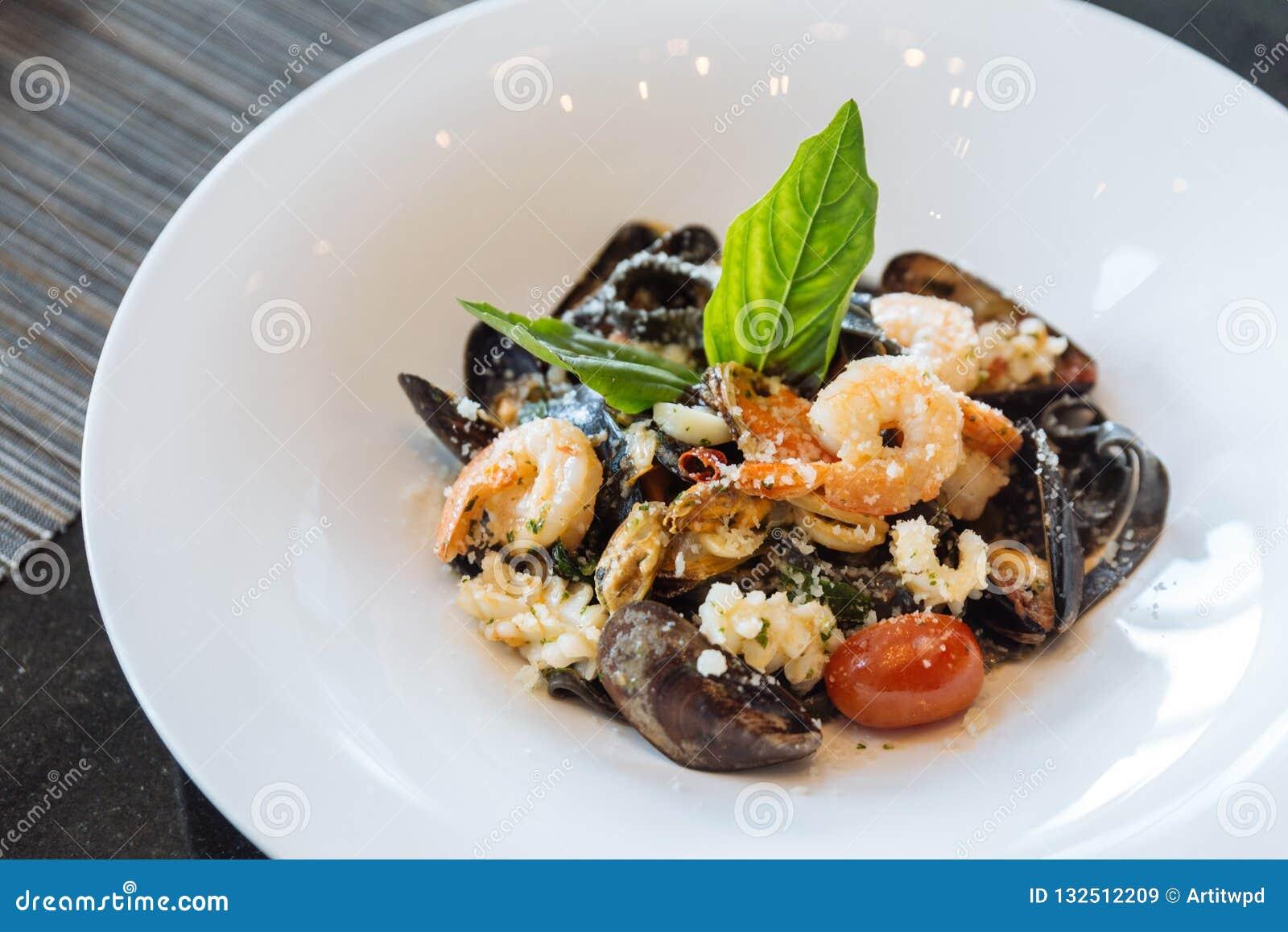 Черный fettuccine с креветкой, кальмаром и clam Макаронные изделия чернил кальмара морепродуктов