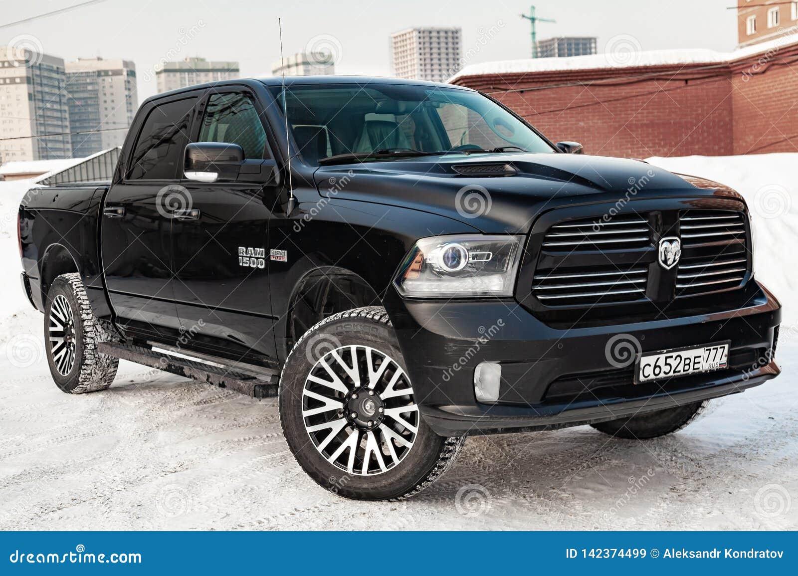 Черный Ram доджа с двигателем 5 7 литров вида спереди на автостоянке с предпосылкой снега