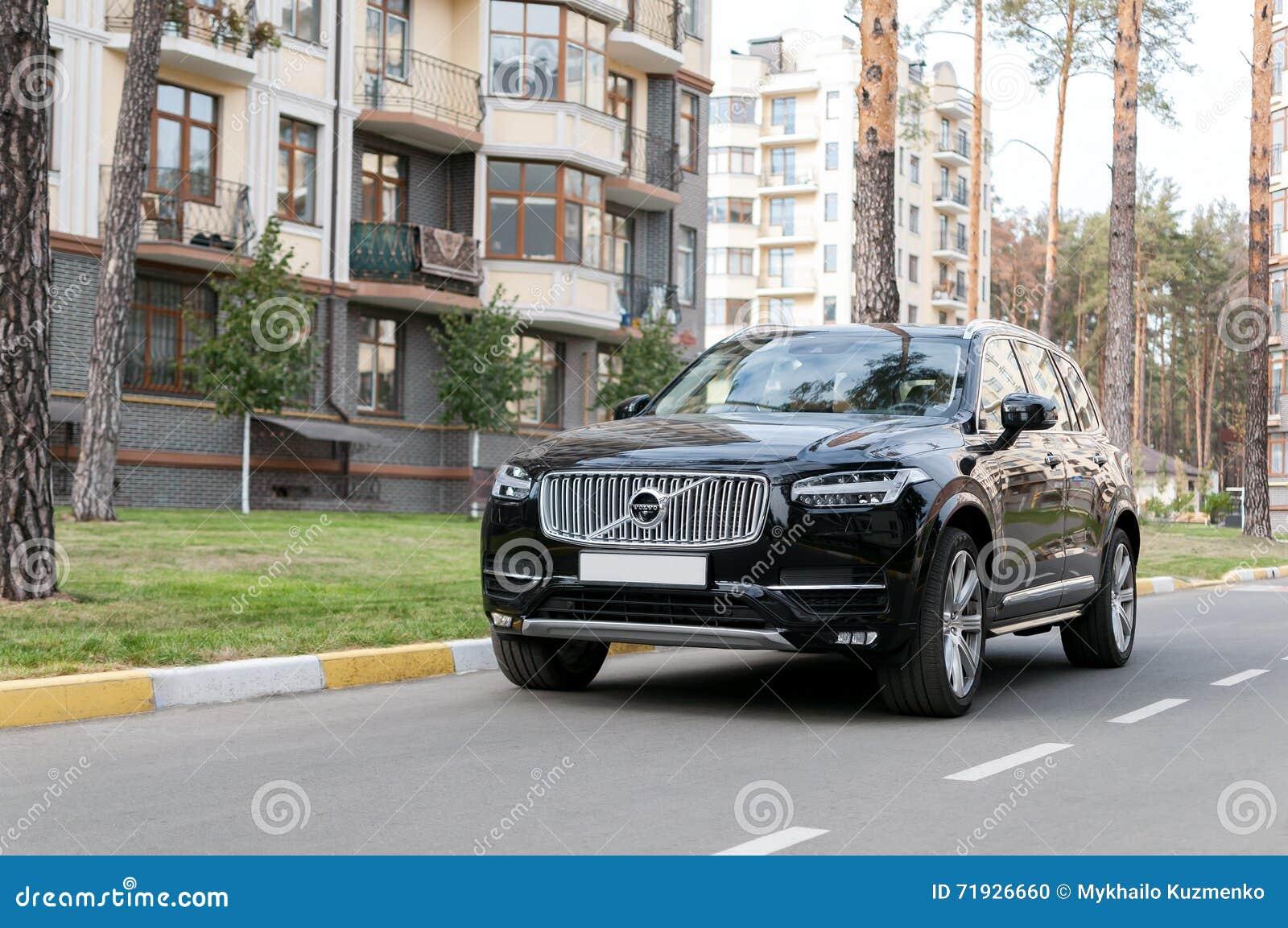 Черный Volvo XC90 в улице