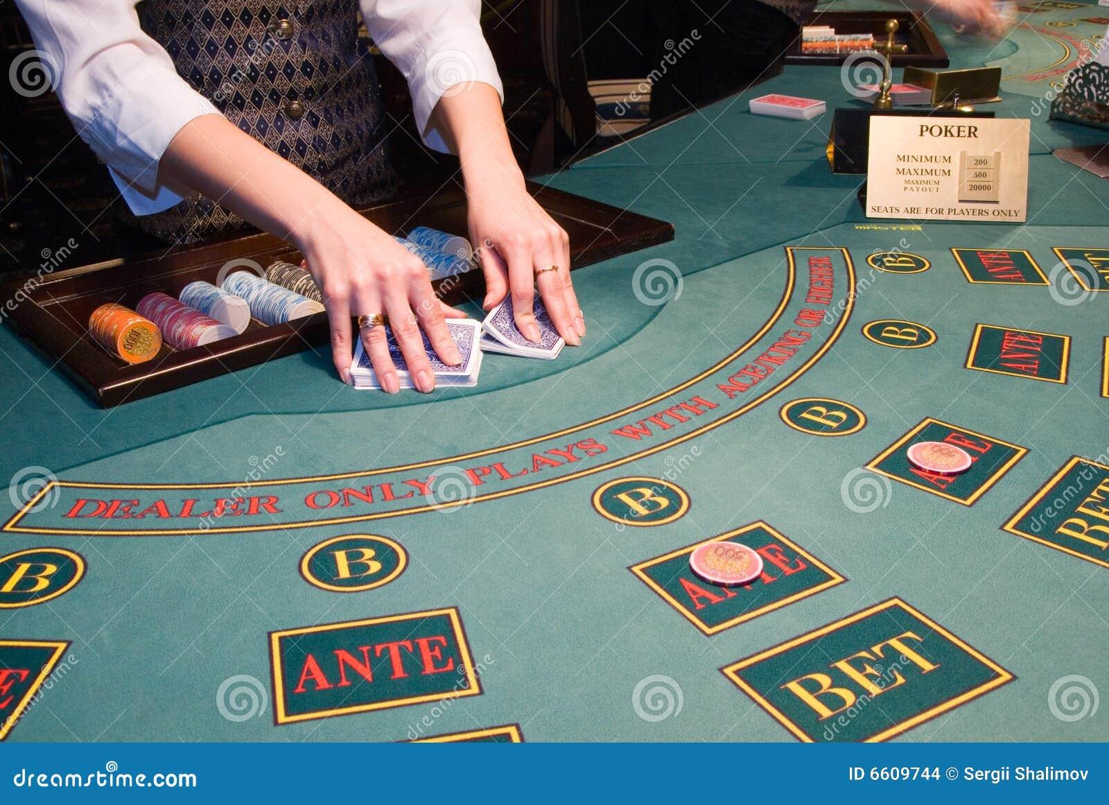 чешет croupier играя покер шаркая таблица