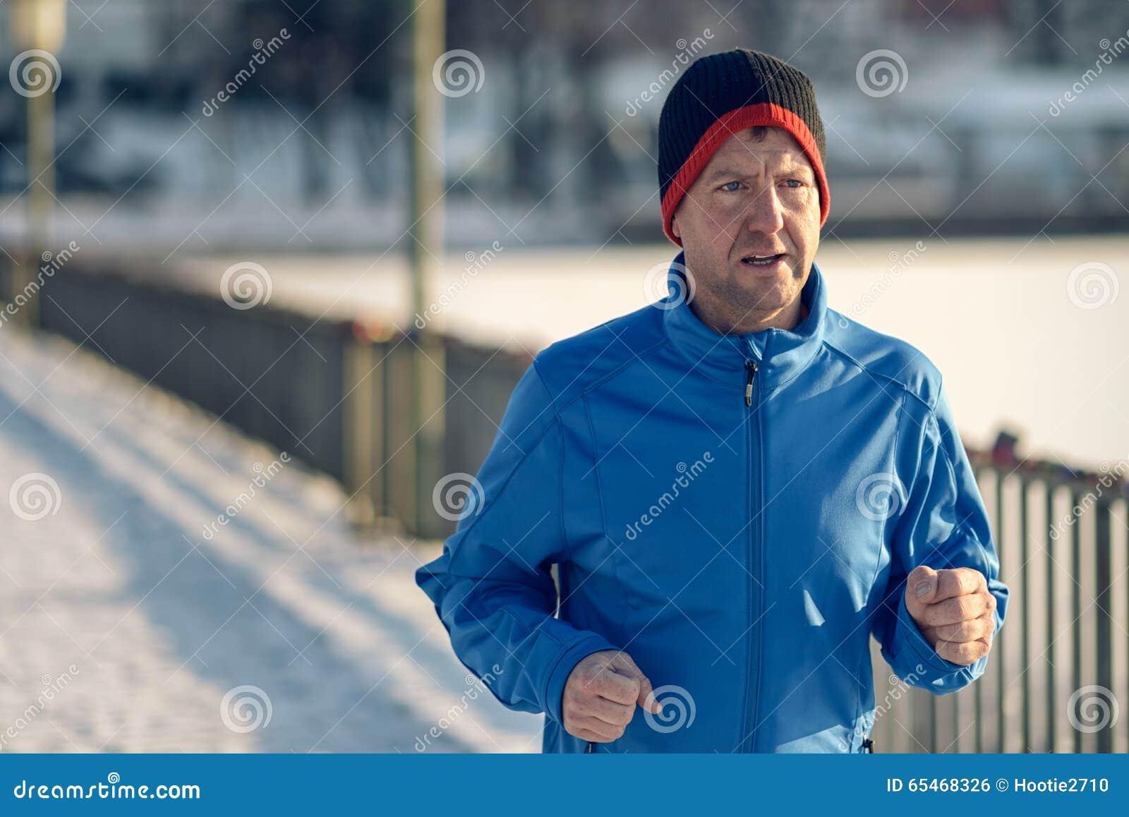 Человек вне в погоде зимы для его ежедневно бега
