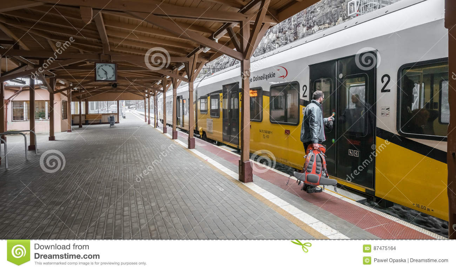 Человек всходя на борт поезда